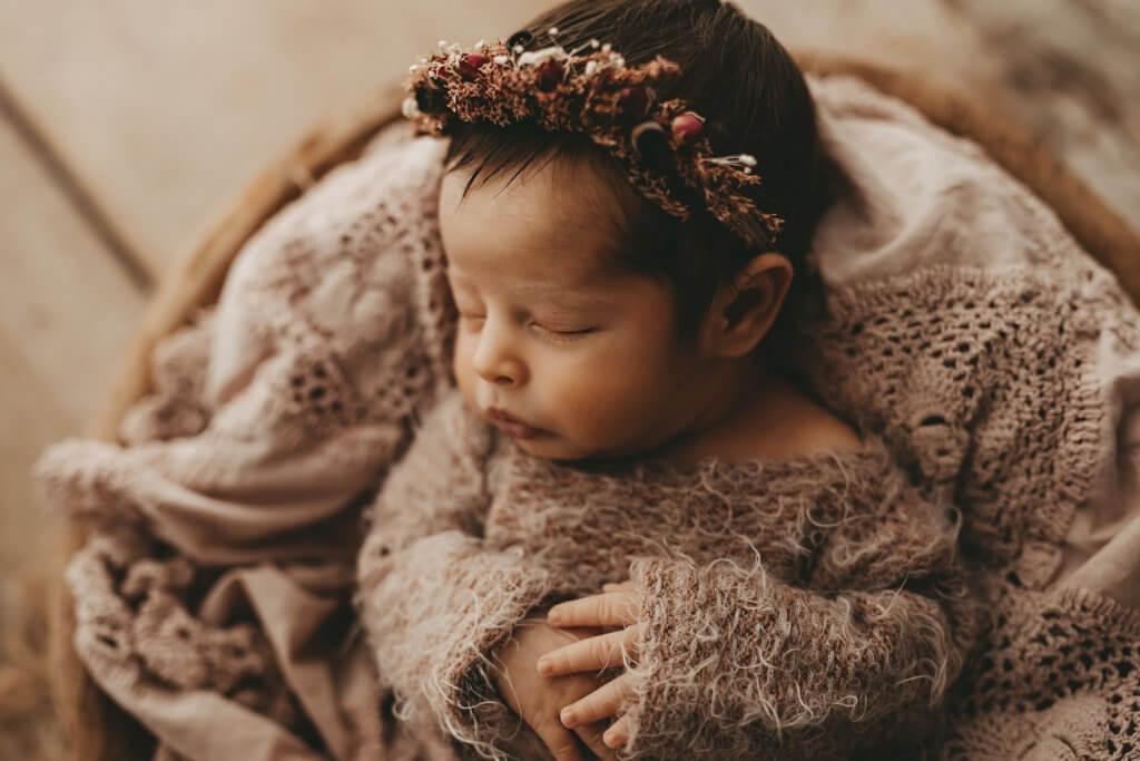 Baby mit Blumenkranz Neugeborenenshooting Gießen