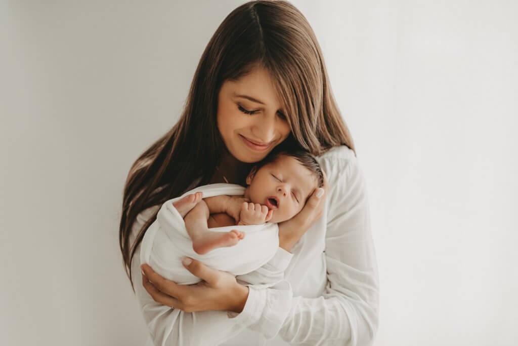 Mama mit Baby Neugeborenenfotografie Gießen