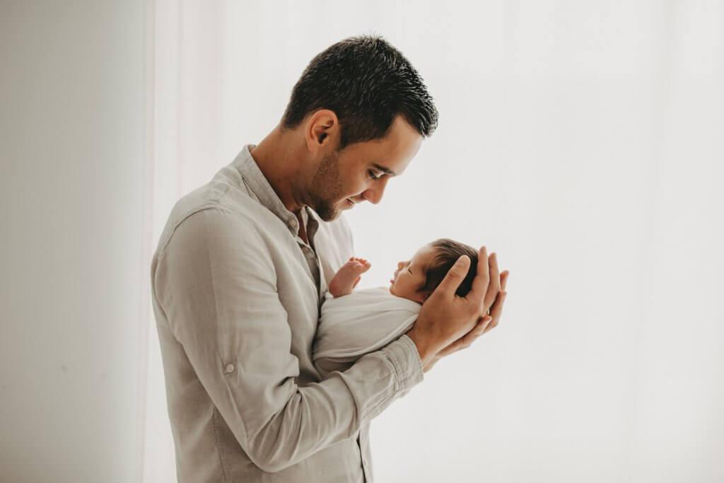 Papa mit Baby Neugeborenenshooting Gießen